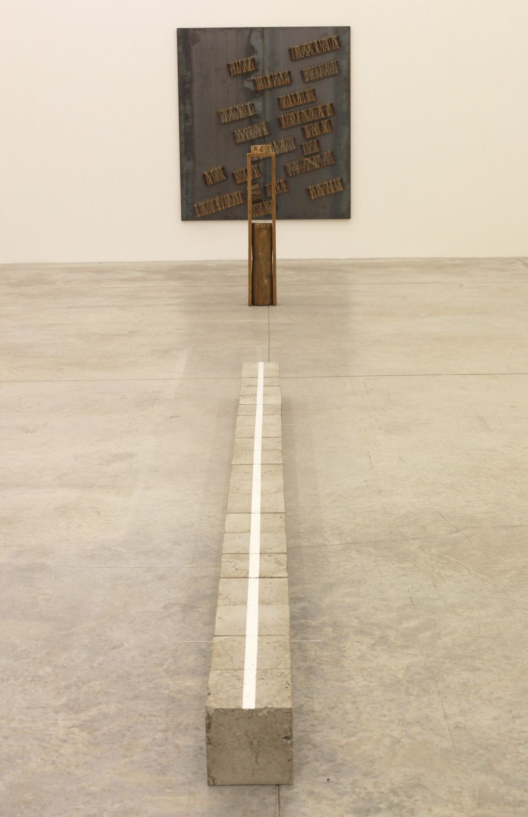 "Au premier plan ""Cultivated Space-N"", 2015 et ""Lateral Condition""1975 de Kishio Suga et ""Untitled"", 2013 de Jannis Kounellis - Courtesy Almine Rech Gallery © Photo Éric Simon"