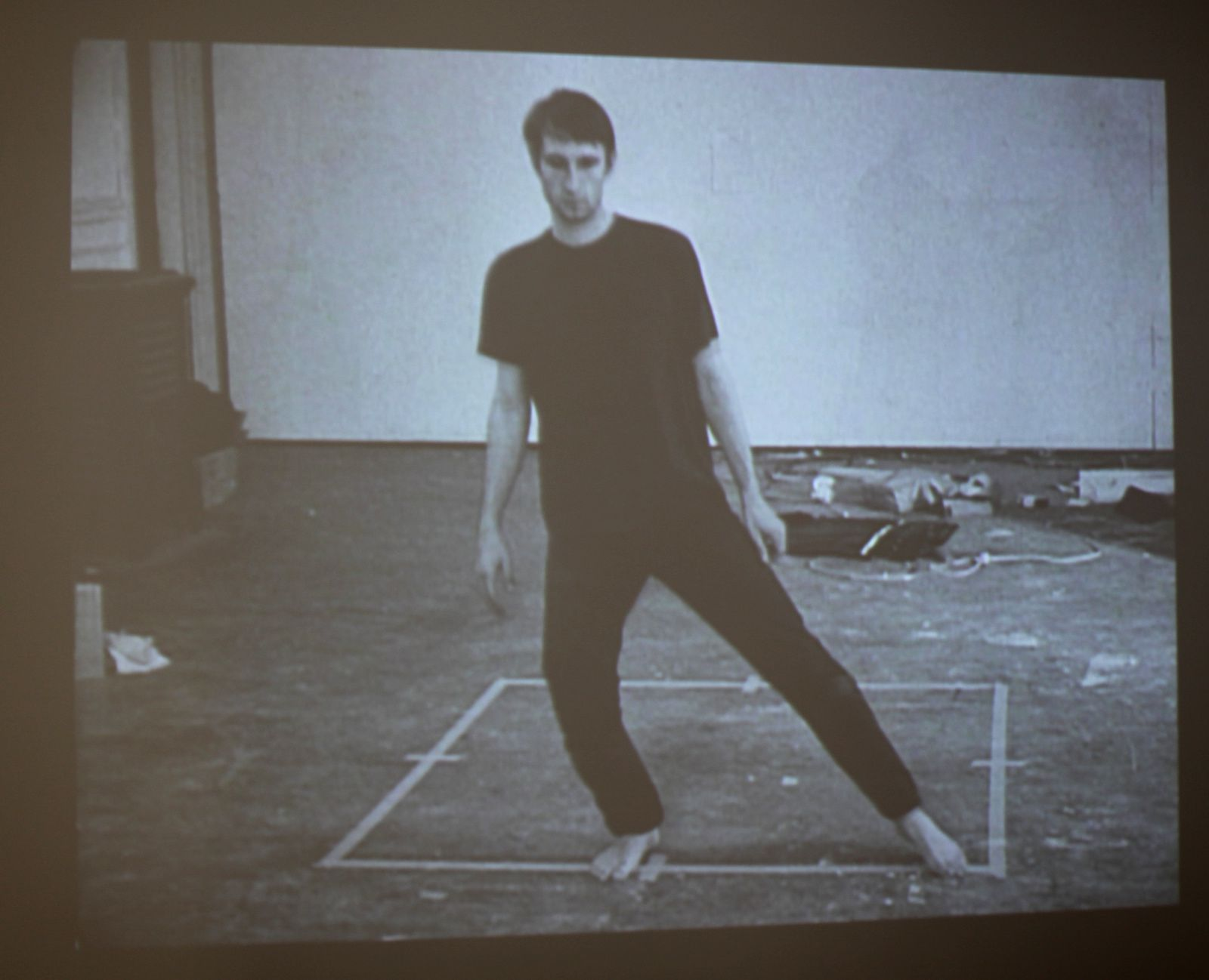 "Film 16mm ""Dance or Exercise on the perimeter of a square"", 1967-1968 de Bruce Nauman - Courtesy Galerie Kamel Mennour © Photo Éric Simon"