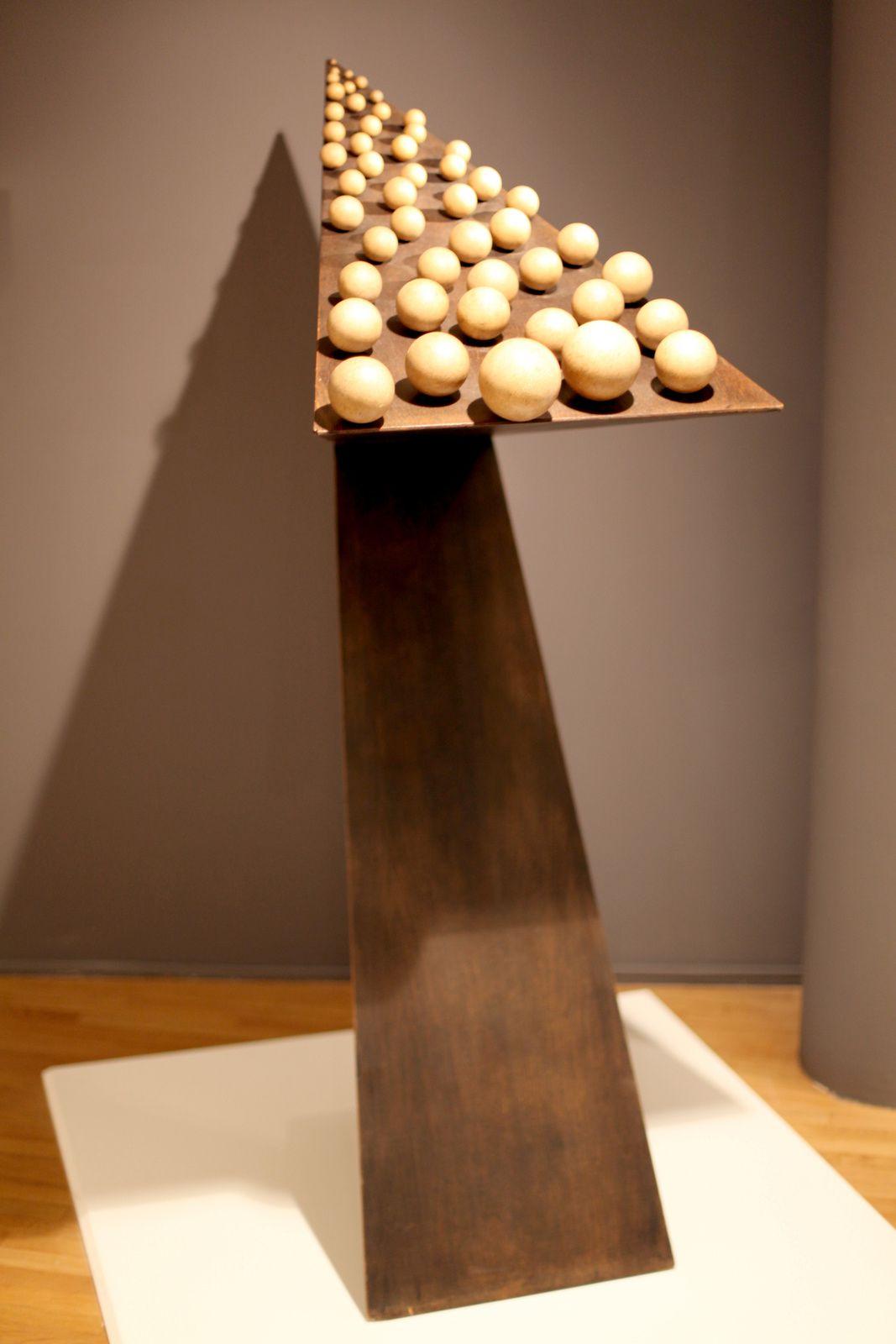 """"""" 49 boules de même couleur sur un plan incliné mais surélevé"""", 1966  de Pol Bury © Photo Éric Simon"""