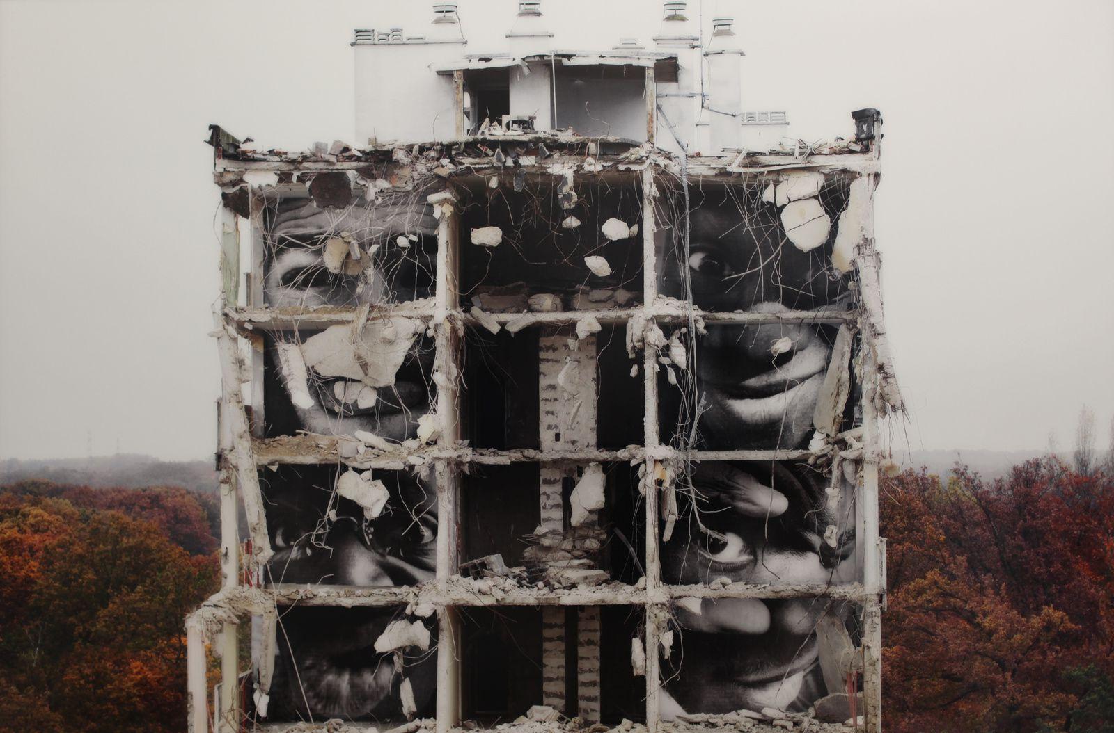 """""""28 milimètres, portrait d'une génération, B11, Destruction #4, Montfermeil"""", 2013 JR  © Photo Éric Simon"""