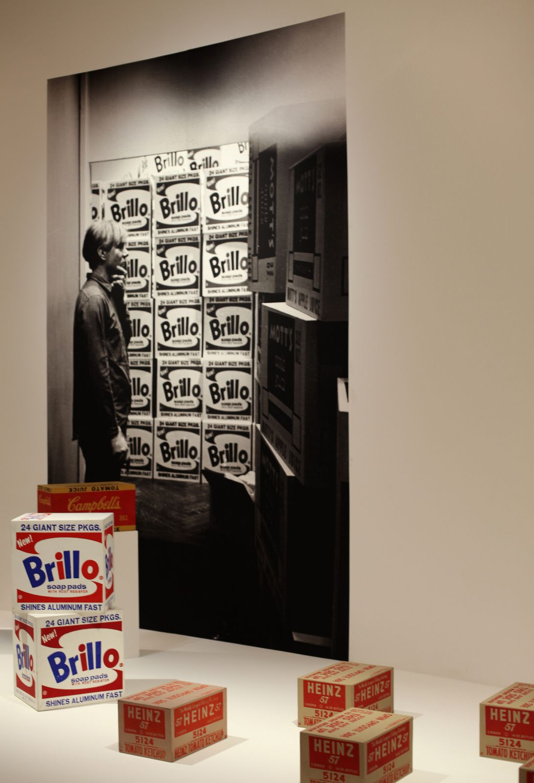 Andy Warhol dans son exposition à la Stable Gallery, NY 1964