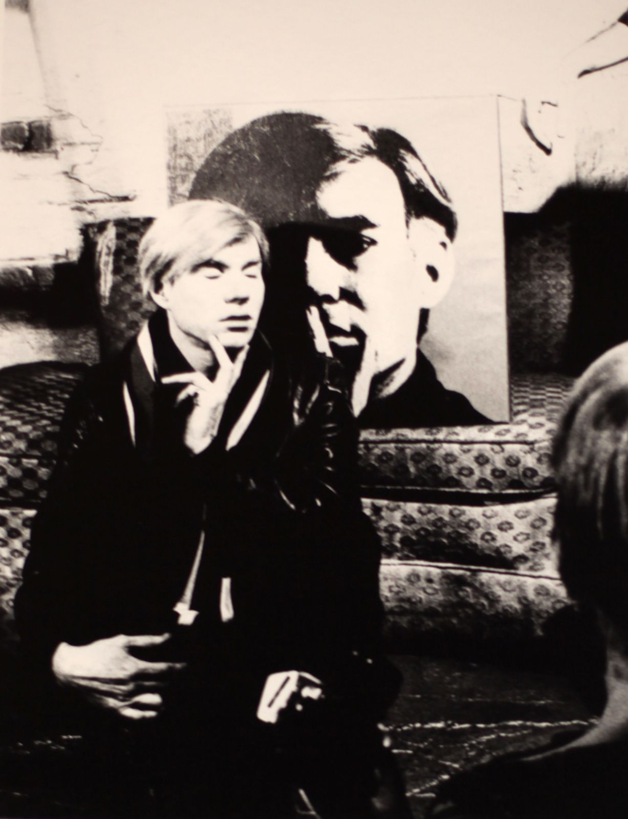 Andy Warhol devant un Self portrait