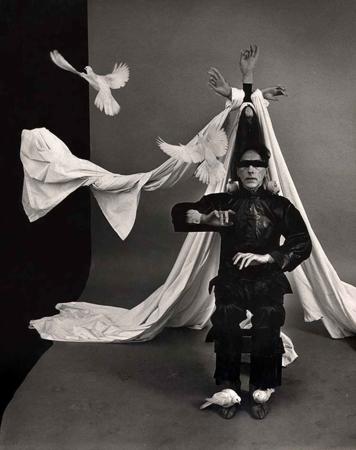 "Jean Cocteau, ""The Blind Poet believes that he is the Emperor of China"", 1949 de  Philippe Halsman"