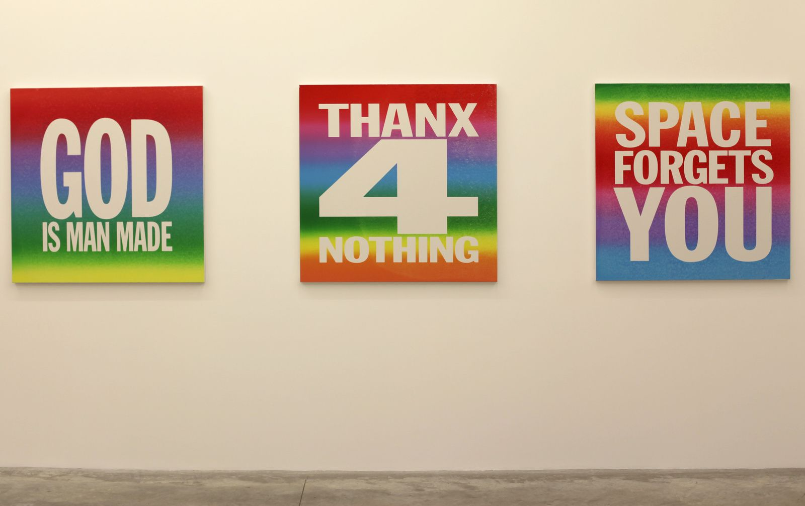 """""""God is man made"""" """"Thanx 4 nothing"""" """"Space forgets you"""", 2015 de John Giorno - Courtesy Almine Rech Gallery © Photo Éric Simon"""