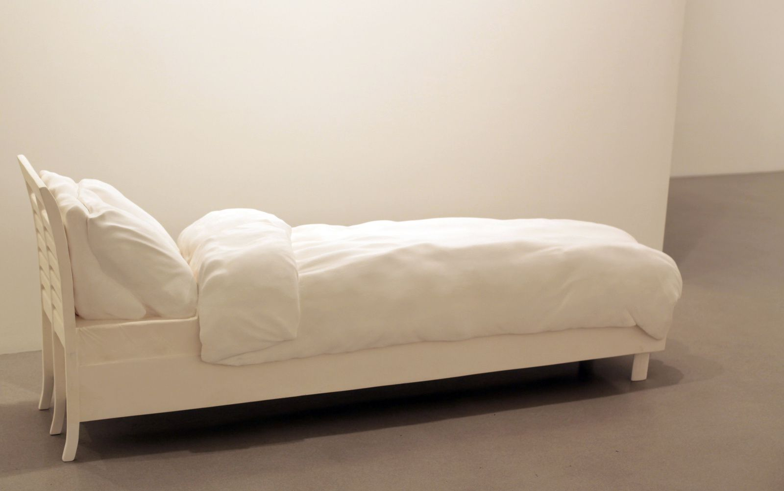 """Attic - Brain - Rain (Bed)"", 2014 de Erwin Wurm - Courtesy Galerie Thaddaeus Ropac © Photo Éric Simon"