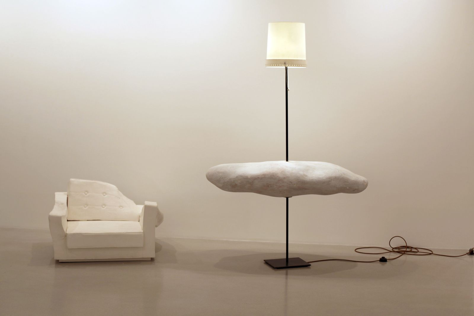 """Triple seat (Fauteuil white)"" et ""Afterglow (Lamp), 2015 de Erwin Wurm - Courtesy Galerie Thaddaeus Ropac © Photo Éric Simon"