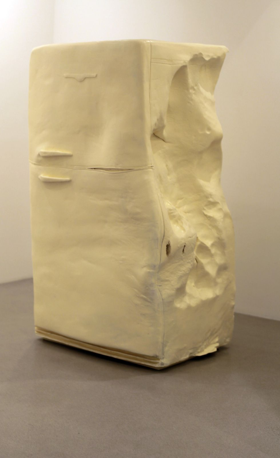 """Butter (Fridge), 2015 de Erwin Wurm - Courtesy Galerie Thaddaeus Ropac © Photo Éric Simon"