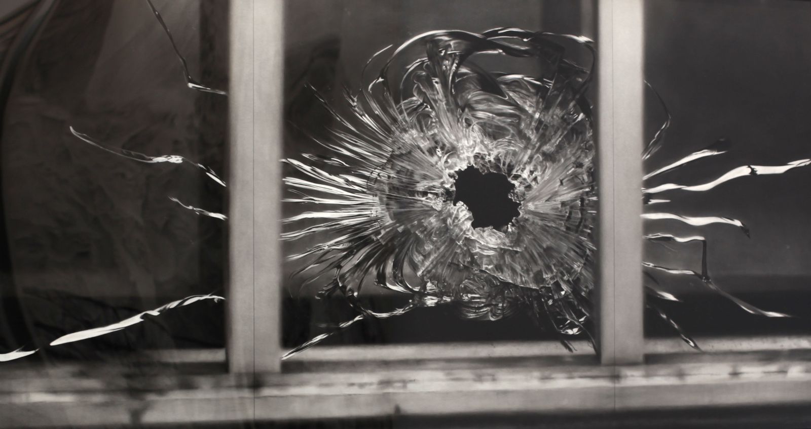 """Untitled (Bullet hole in window, janvary 7"", 2015 de Robert Longo - Courtesy Galerie Ropac © Photo Éric Simon"