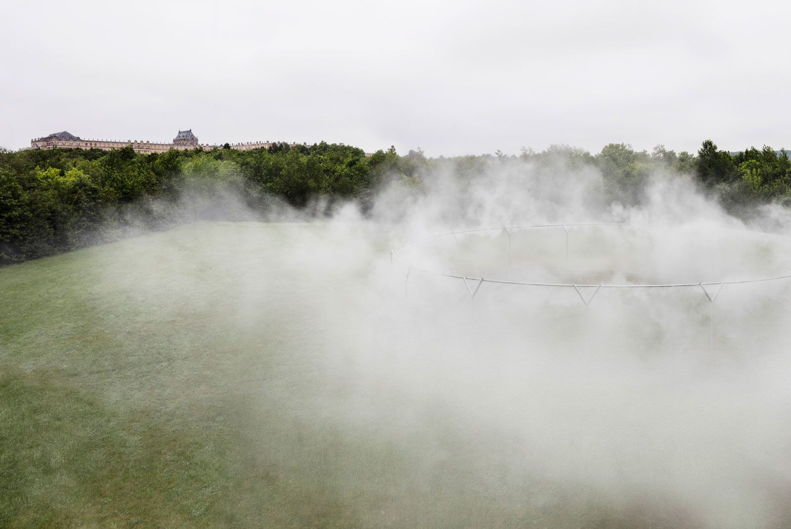 """Fog assembly"", 2016 d'Olafur Eliasson. Installation au Chateau de Versailles. Photo: Anders Sune Berg - Courtesy of the artist&#x3B; neugerriemschneider, Berlin&#x3B; Tanya Bonakdar Gallery, New York"