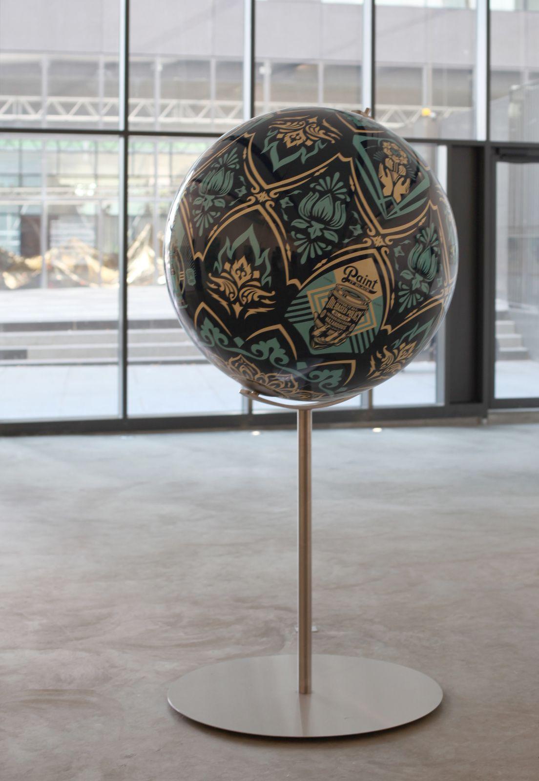 """Globe """"Earth Crisis"""", 2016 de Shepard FAIREY - Courtesy Galerie  ITINERRANCE © Photo Éric Simon"""