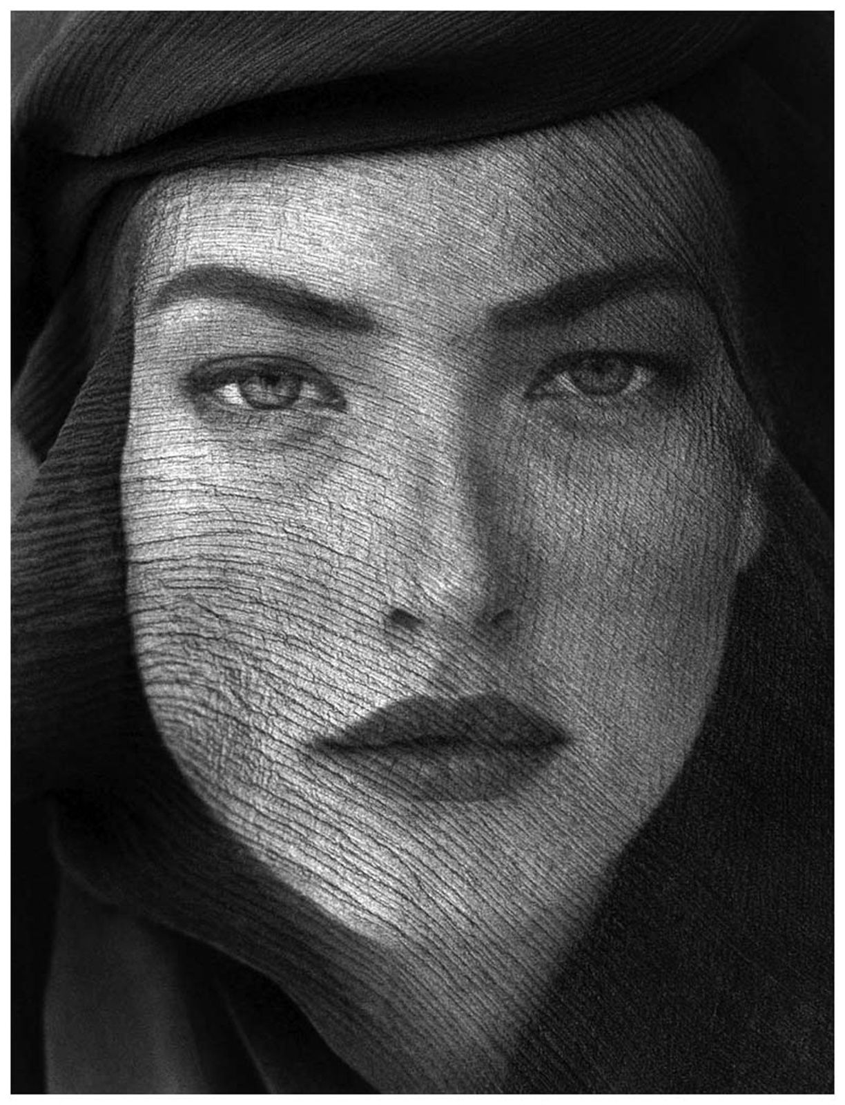 """Tatiana veiled head joshua tree""1988 de Herb RITTS  © Herb Ritts Foundation"