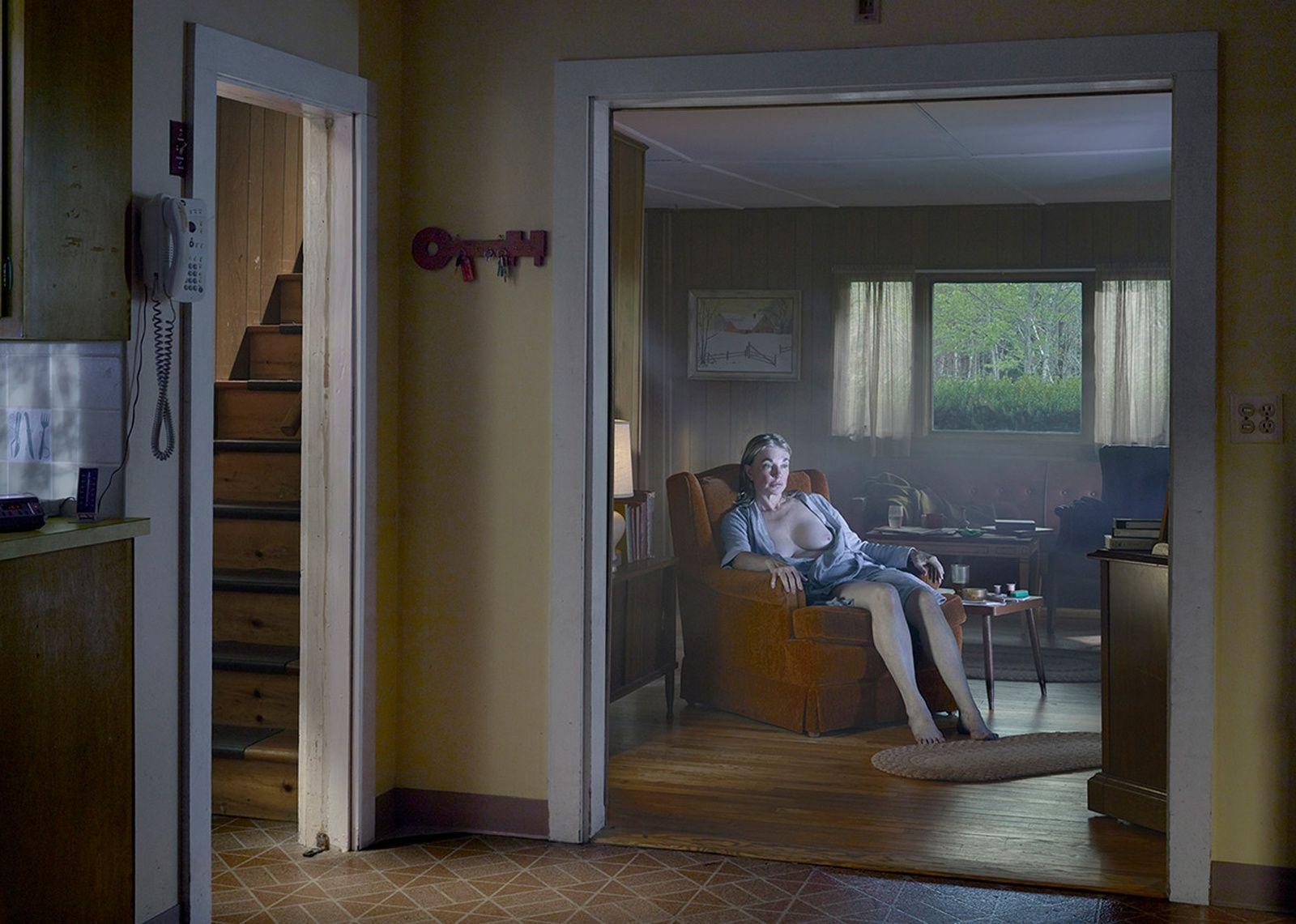 """Living room"", 2014 de Gregory CREWDSON - Courtesy Galerie Templon © Photo Éric Simon"