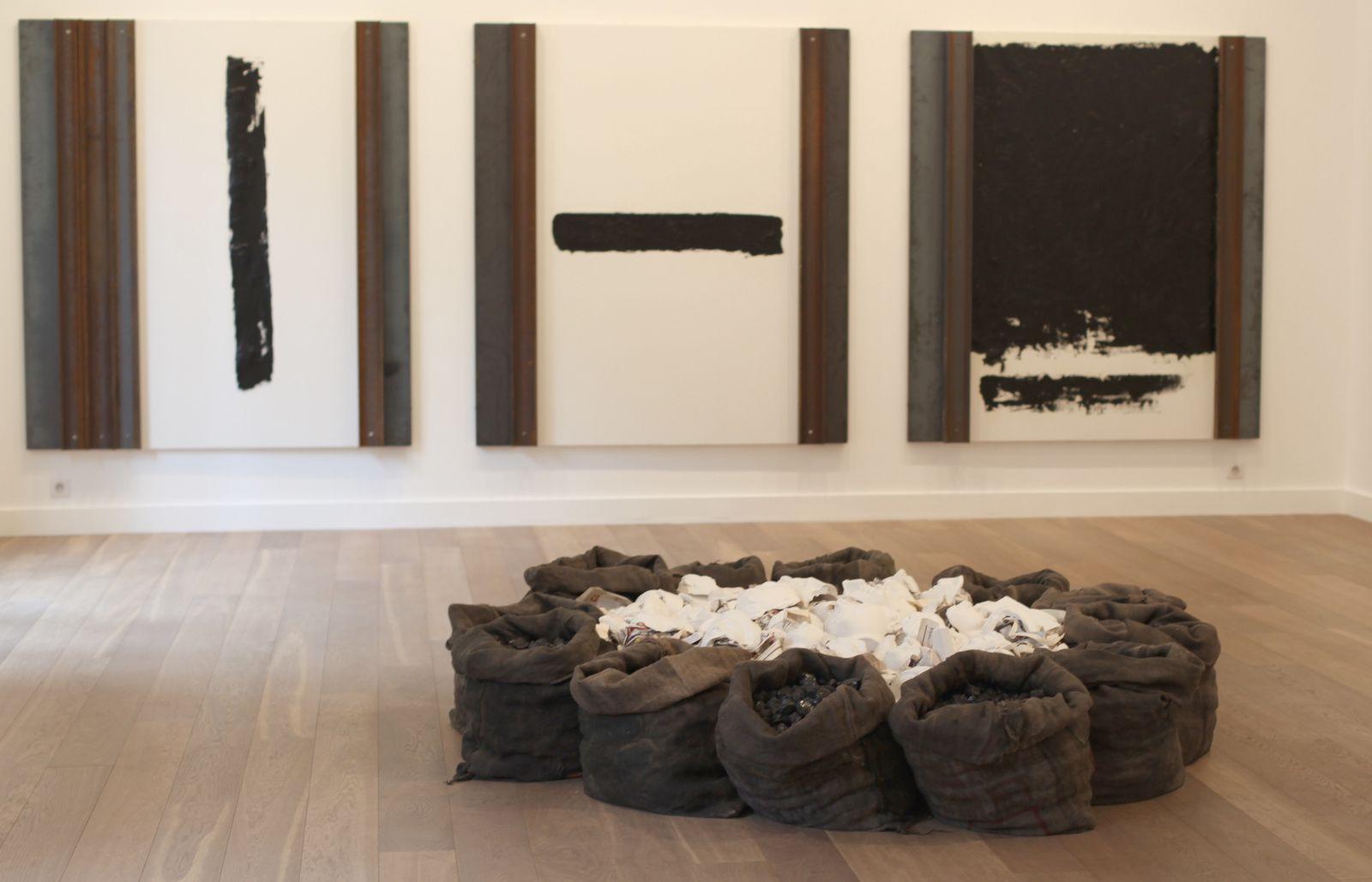 """1er Plan """"Sans titre"""", 2012 de Jannis KOURNELLIS et en arrière plan """"Sans titre"""", 2014 de Jannis KOURNELLIS - Courtesy Galerie Lelong © Photo Éric Simon"""