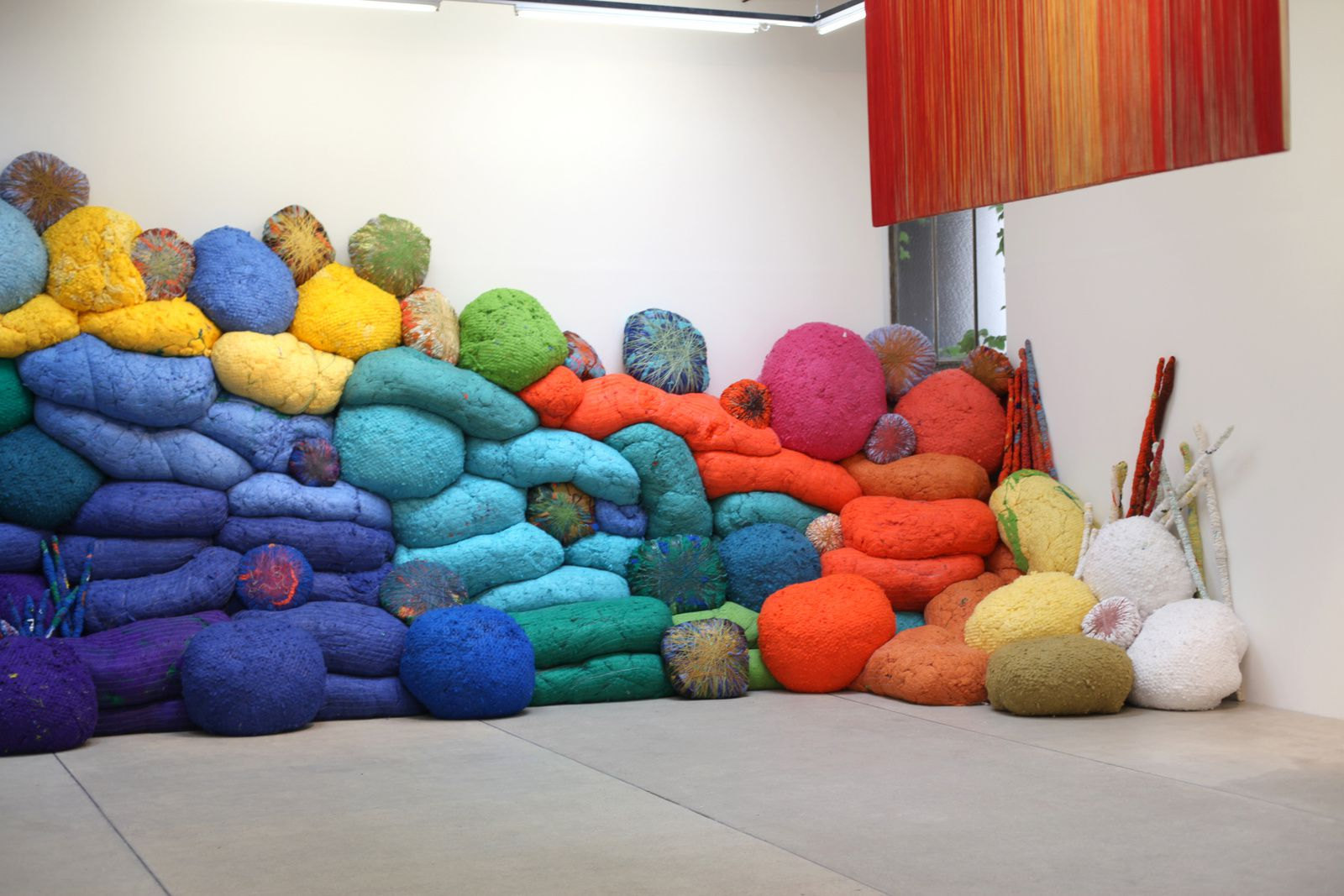 """Another break in the wall"", 2016 de Sheila HICKS - Courtesy Galerie Franck ELBAZ © Photo Éric Simon"