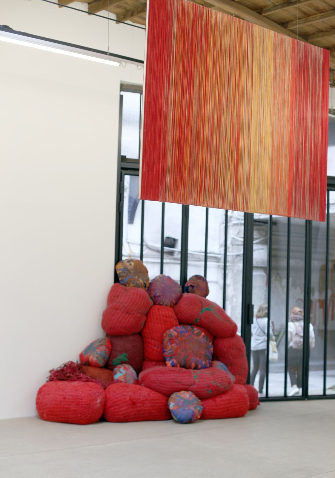 """Rempart"", 2016 de Sheila HICKS - Courtesy Galerie Franck ELBAZ © Photo Éric Simon"