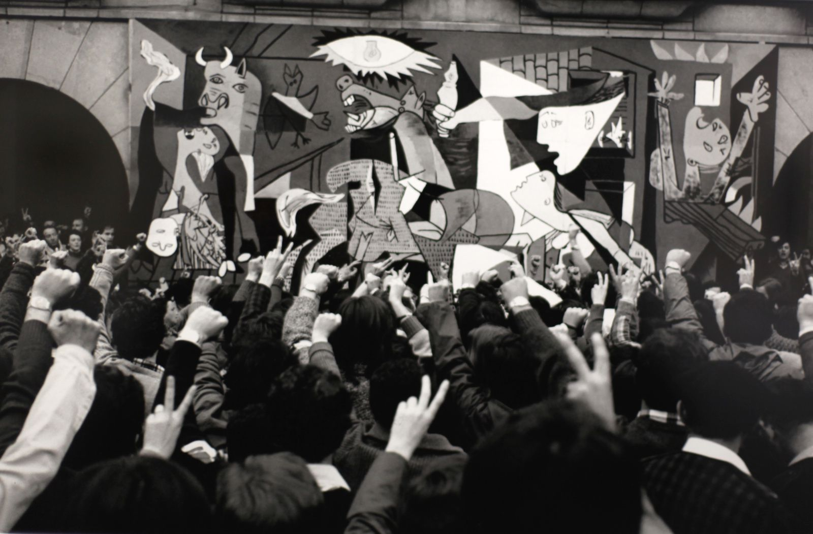 """Habitants de GUERNICA devant une reproduction du tableau de Pablo PICASSO"", 1977 de Léonard FREED © Photo Éric Simon"