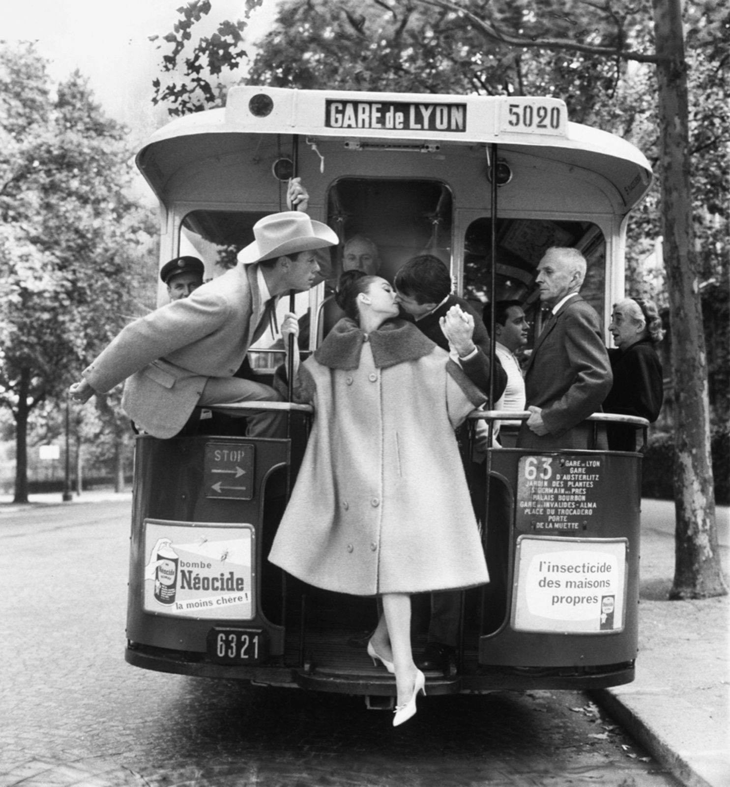 """Hepburn,Ferrer et B. Keaton ""PARIS Pursuit"" pour Harper's Bazaar"", 1959 de Richard AVEDON - Courtesy Fondation Avedon"