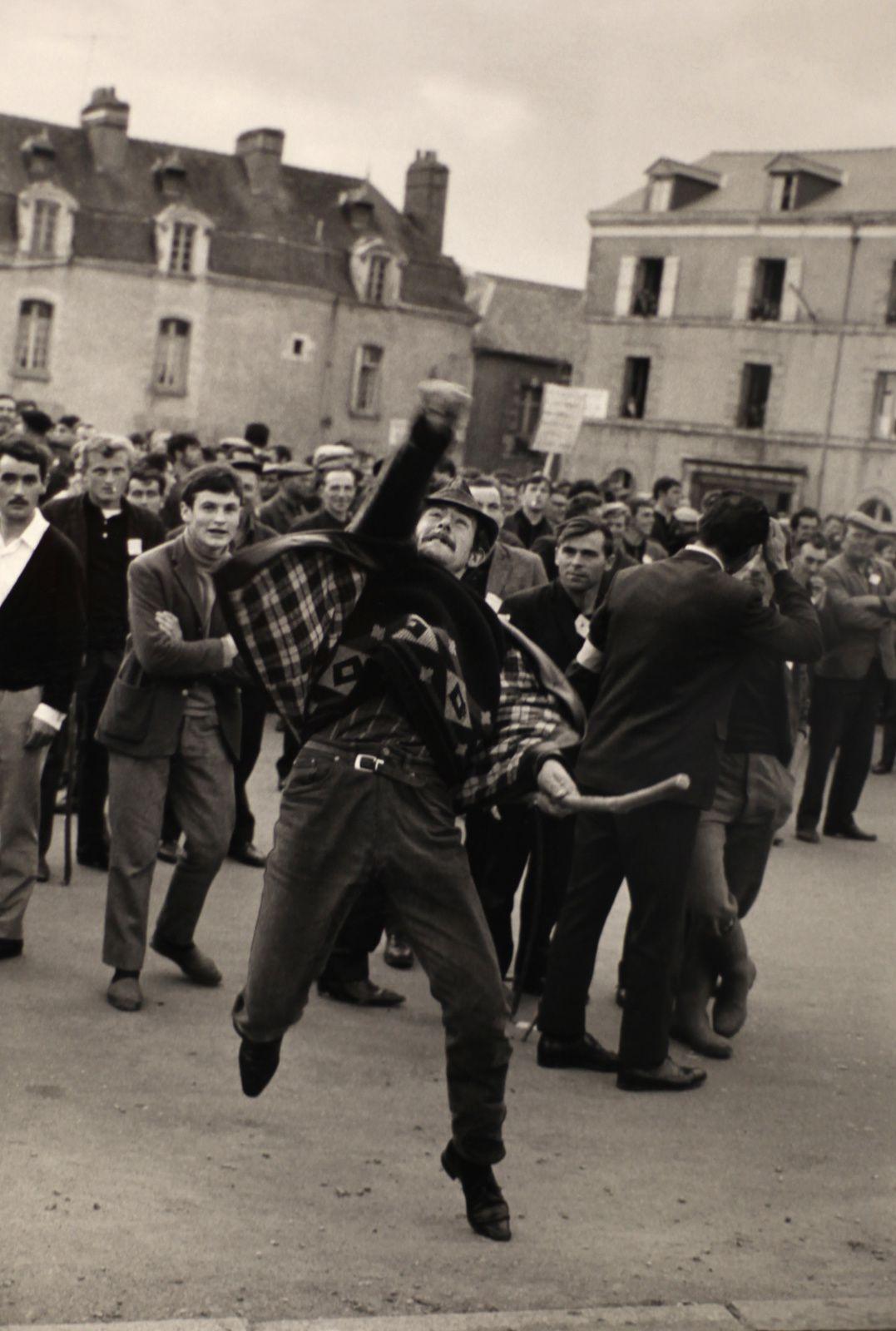 """Manifestation paysanne à Redon"", 1967 de Gilles CARON"