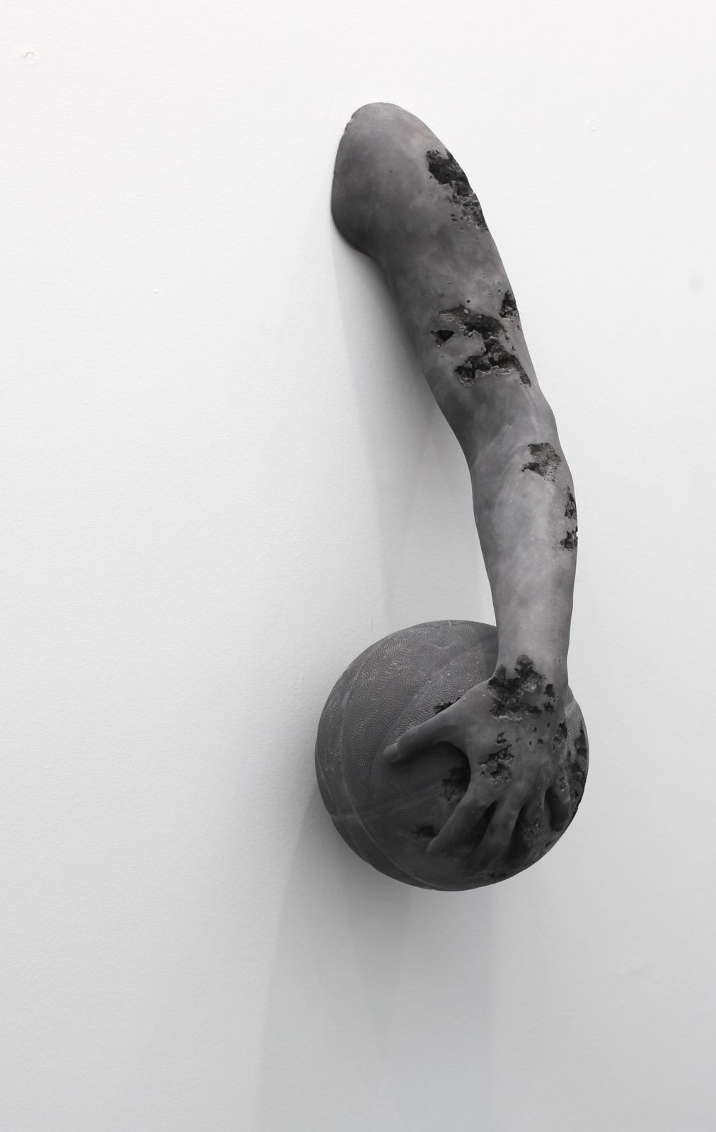 """Volcanic Ash Eroded Arm with Basketball"", 2015 de Daniel ARSHAM © Photo Éric Simon"
