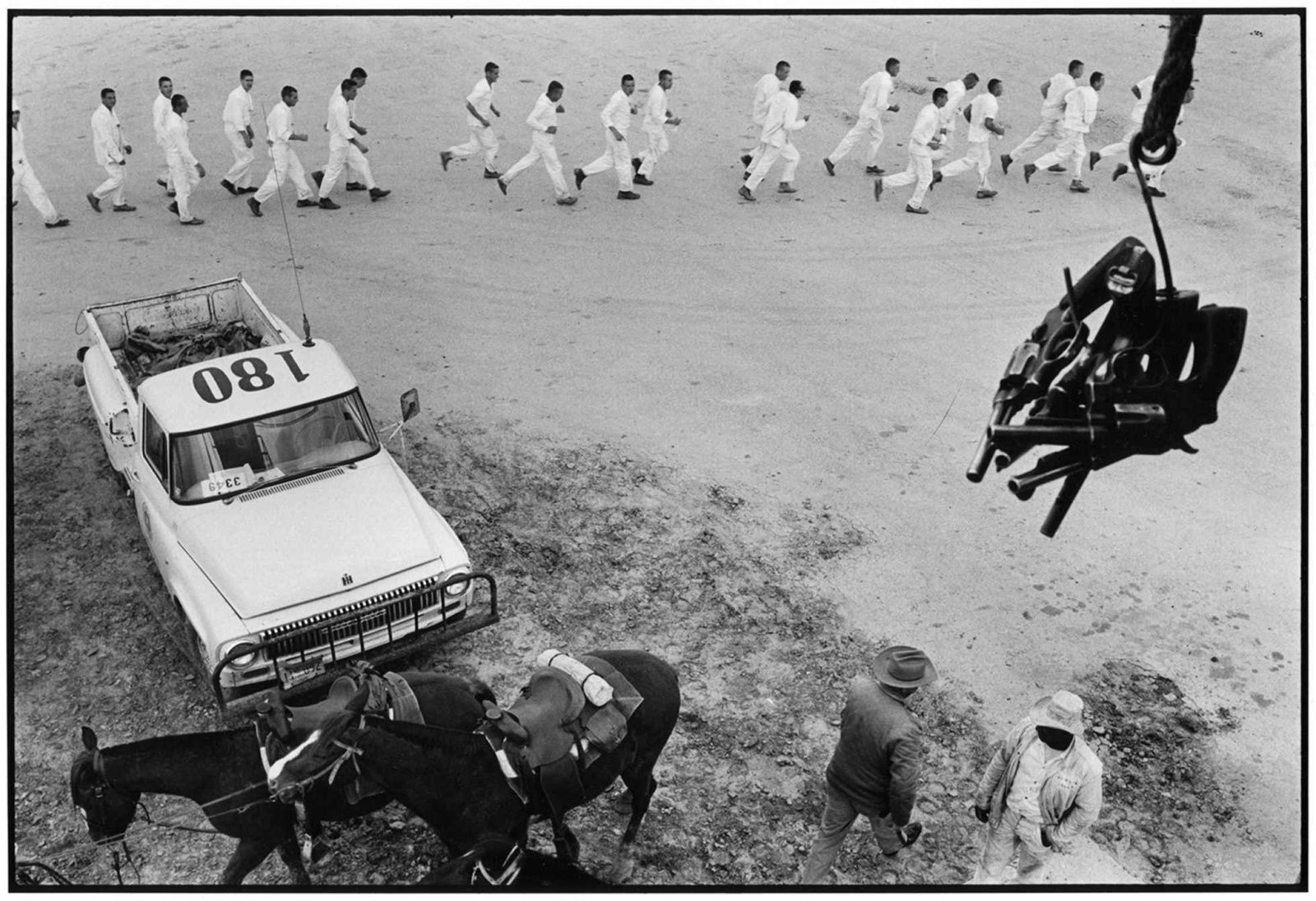"Danny Lyon, ""Guns are Passed to the Prison Tower, Ferguson Unit, Texas"" de Danny LYON - Courtesy ETHERTON Gallery"