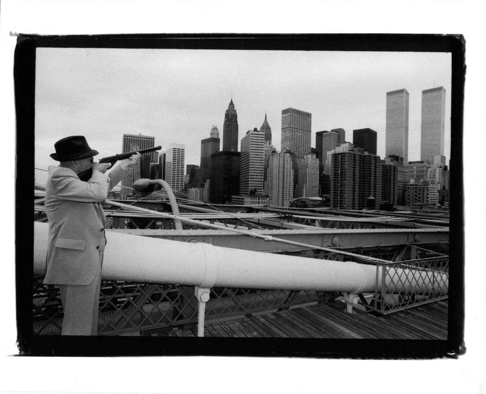 """William Burroughs takes aim at New York's Twin Towers from Brooklyn Bridge"" de Gérard MALANGA - Courtesy Caroline SMULDERS"