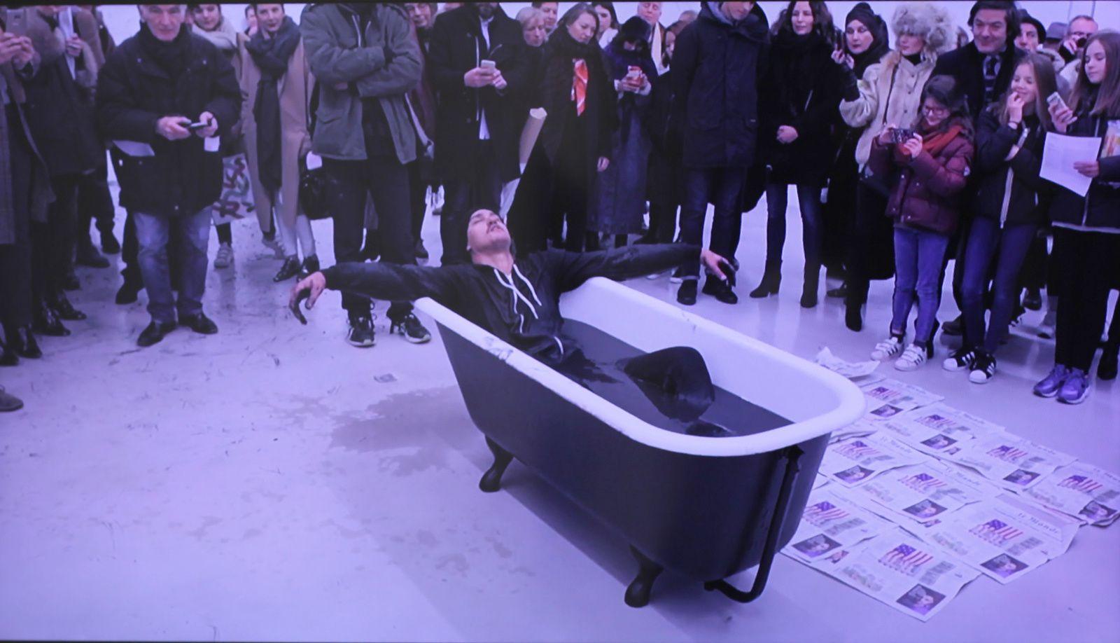 "Video ""Bathtub"", 2017 de Robin RHODE - Courtesy Galerie Kamel Mennour © Photo Éric Simon"