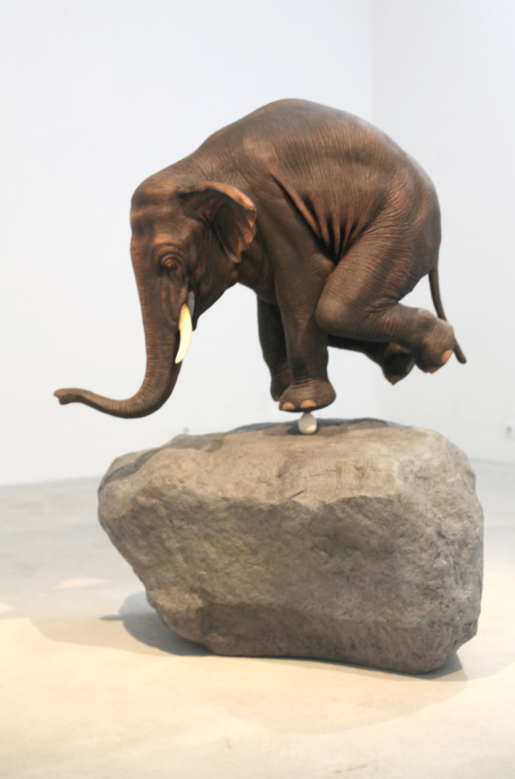 """Elephant on Egg"" de Sunil GAWDE - Courtesy Galerie Rabouan Moussion © Photo Éric Simon"
