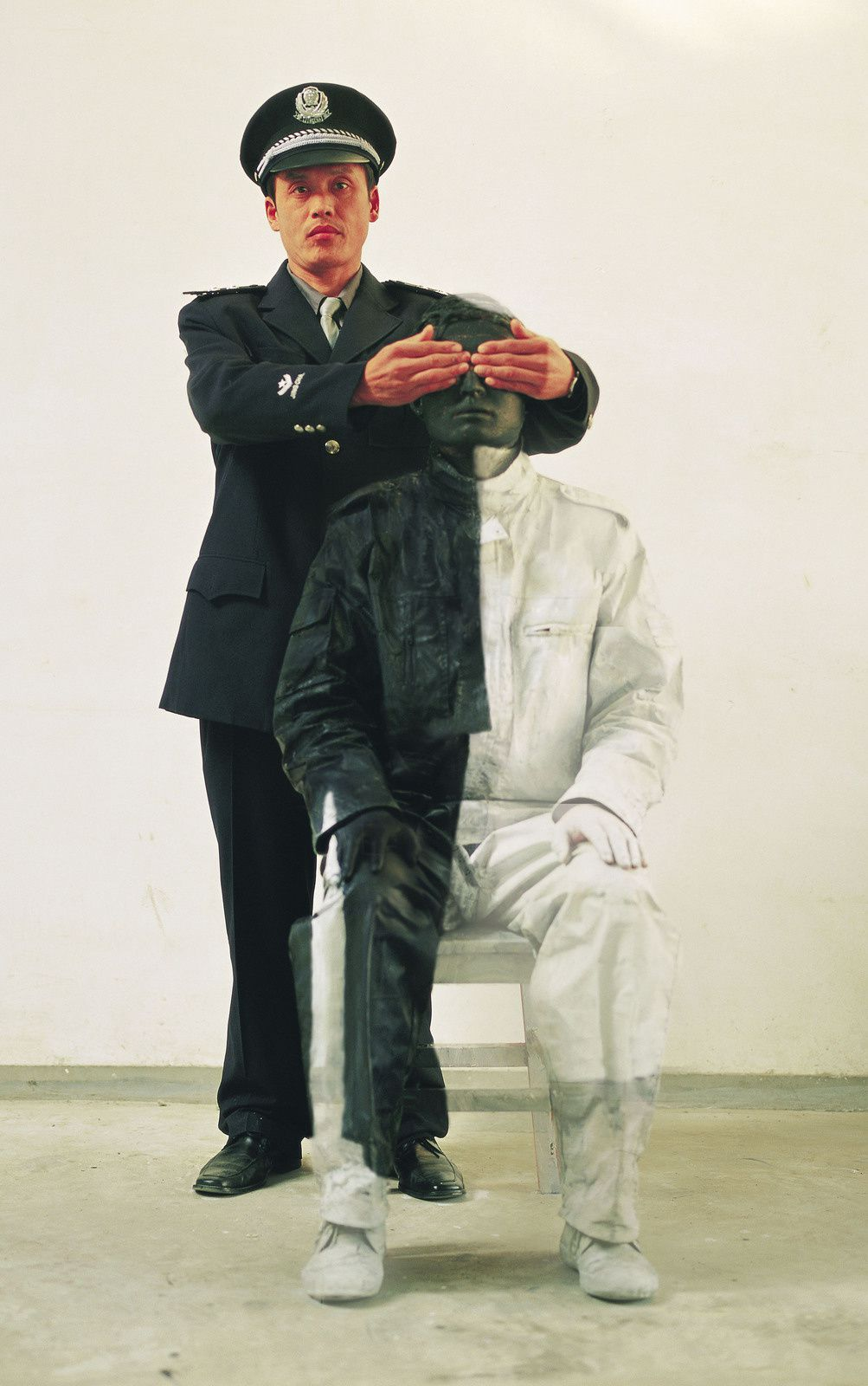 """Hiding in the City 17. Civilian and policeman II"", 2006 de Liu BOLIN - Courtesy de l'Artiste et Galerie Paris Beijing"