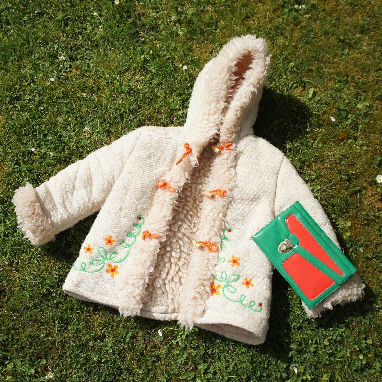 Mon manteau Natalys et mon premier plumier, pile poil dans la tendance seventies. Une fois (re)lavé et débarrassé de ses bouloches, le manteau servira à la Poule. A noter: la marque existe toujours!
