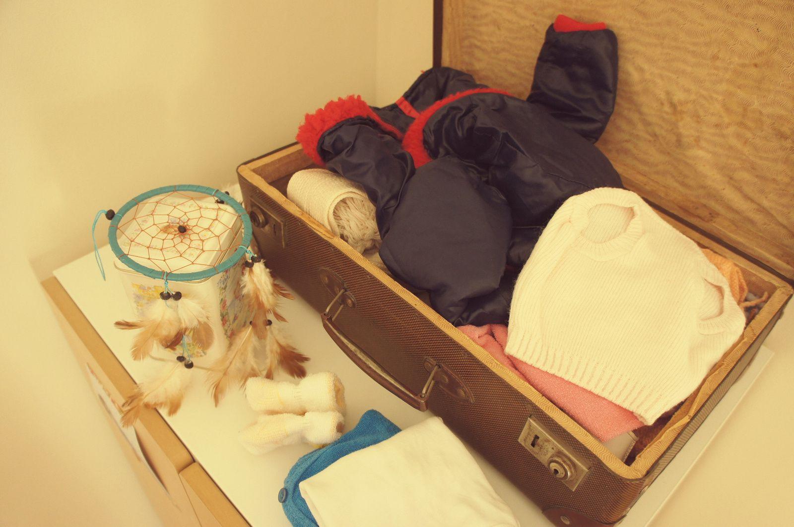 Une fois lavé, mon linge de bébé est plié et rangé dans une valise ancienne qui coiffe la garde-robe de Poule. Il fera le bonheur de sa poupée, obligée jusqu'alors, à se balader dans le plus simple appareil. Sur la gauche, le dreamcatcher rapporté de... Monschau (si, si, un ex-état confédéré) attend d'être suspendu.
