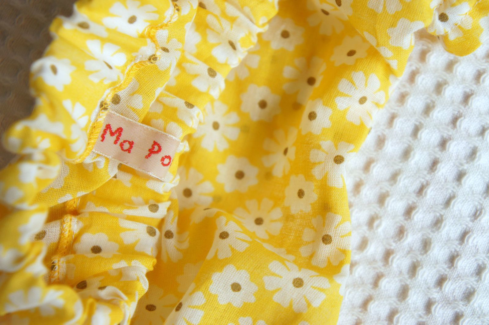 Un joli foulard en coton léger, jamais porté... qu'en faire? Un ensemble pour bébé!