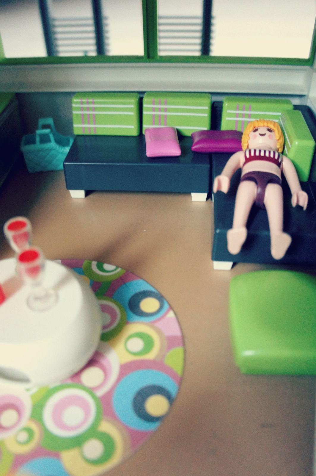 """""""T'as vu, maman, l'enfant Playmobil, il peut dormir avec ses parents dans le grand lit... c'est chouette, hein?"""" (la suite de l'histoire bientôt sur notre page Facebook)"""