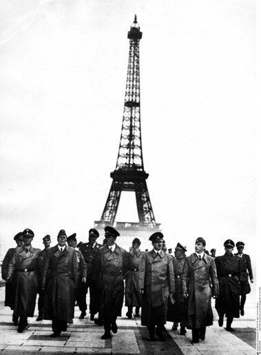 HITLER VISITE PARIS AU PETIT MATIN.   Heinrich HOFFMANN (1885 - 1957)