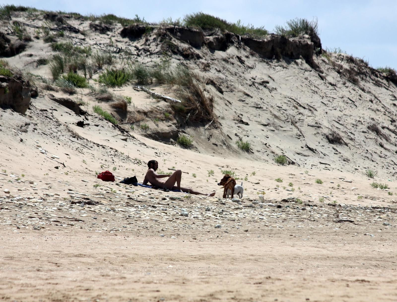 """La plage au débouché de la passe des Soeurs. Le """"totem"""" souvent dépourvu de panneau !"""