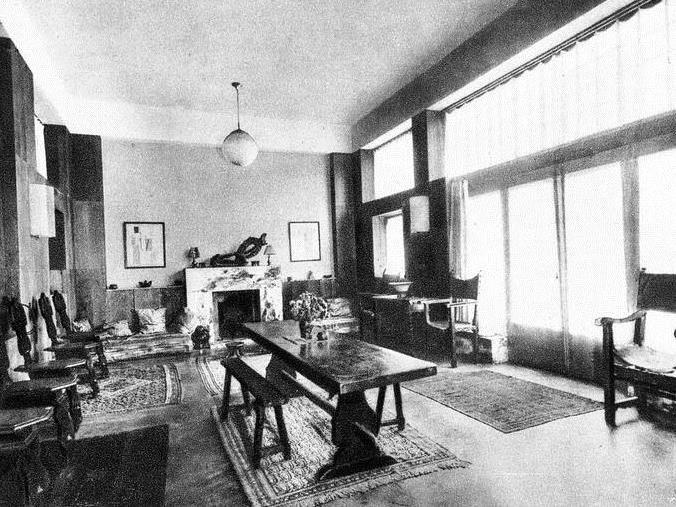Maison Loos-Tzara. La salle de séjour. Ne subsiste de l'ancien décor que la cheminée.