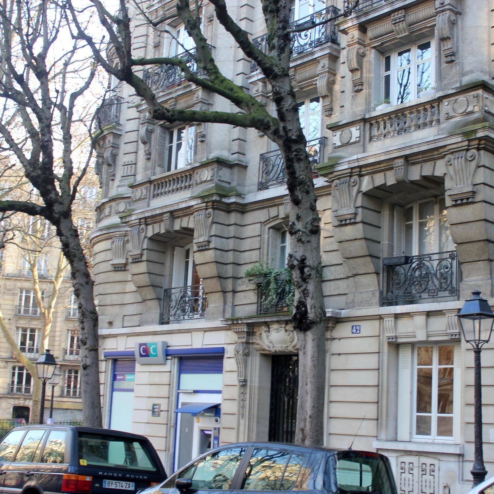 Le 42 et la place Constantin Pecqueur.
