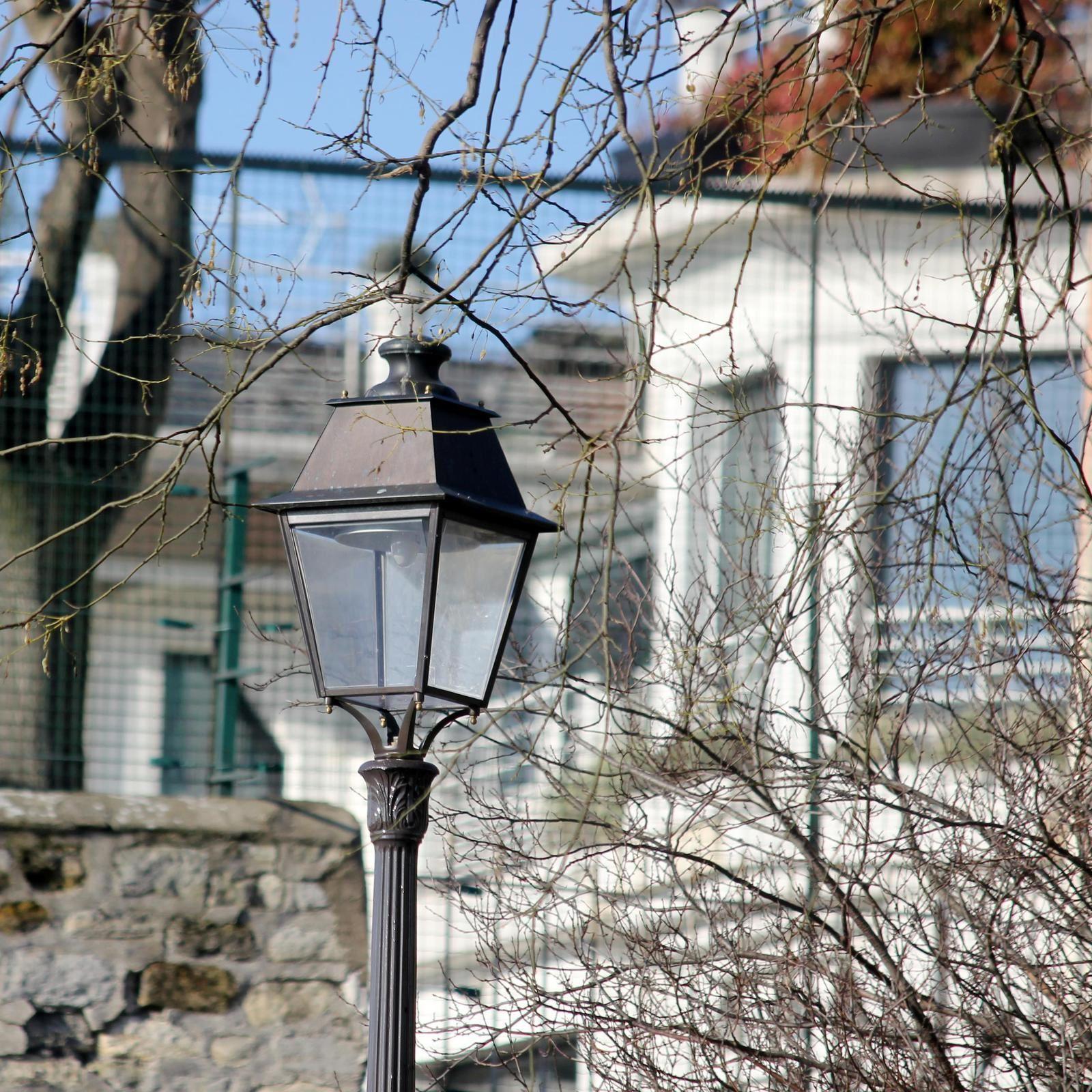 Derrière ses murs et ses grilles on aperçoit la maison actuelle de Nagui....