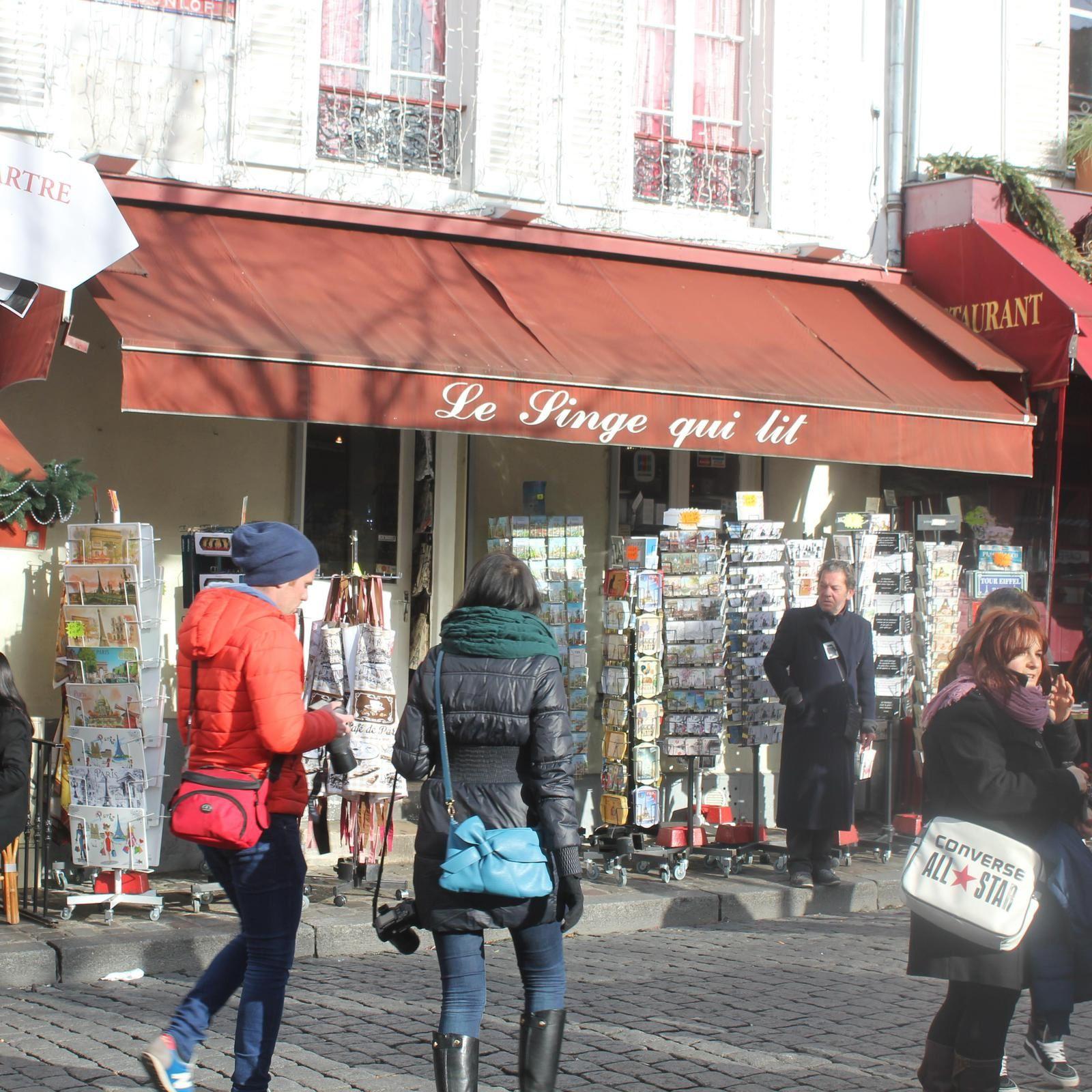 Le singe qui lit. Montmartre.Place du Tertre.
