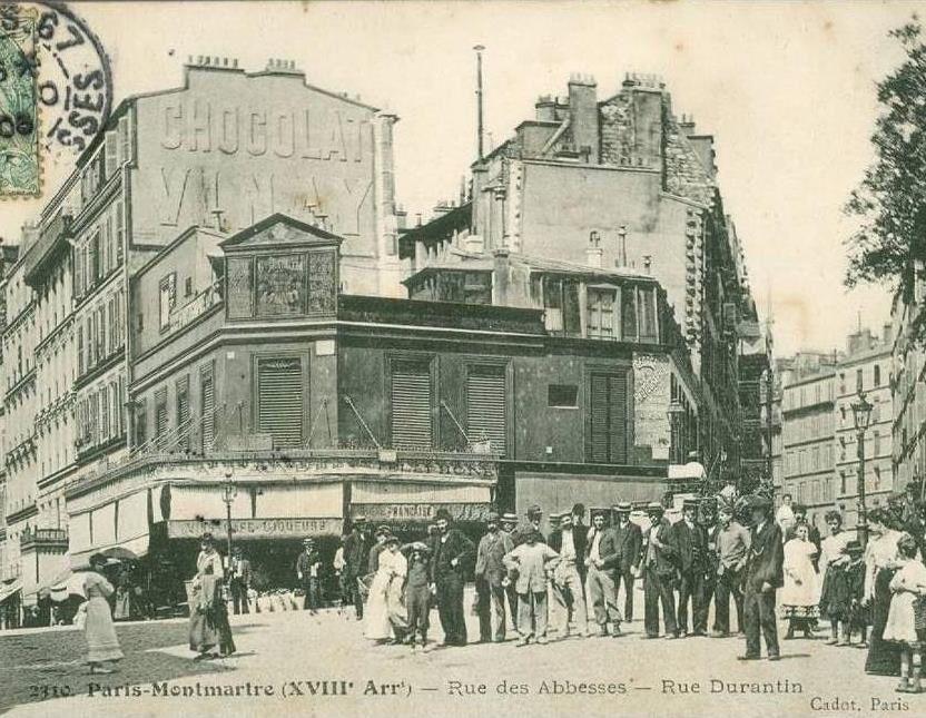Photo prise de la rue des Abbesses qui file sur la gauche. A droite, la rue Durantin.