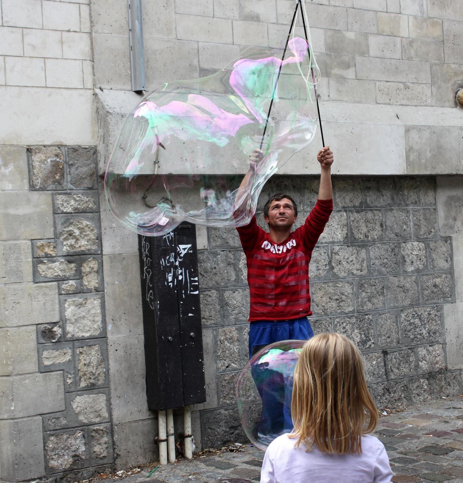 Bulles de savon. Le magicien triste et les enfants à Montmartre