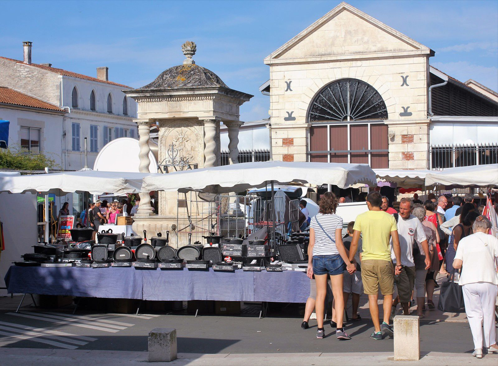 La halle, la fontaine et le marché