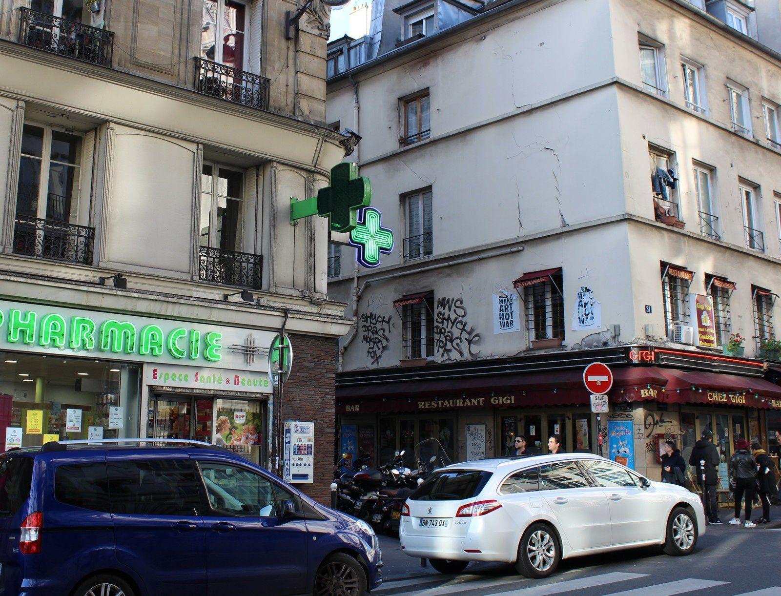 Face à l'entrée Dufayel, la rue André Del Sarte.