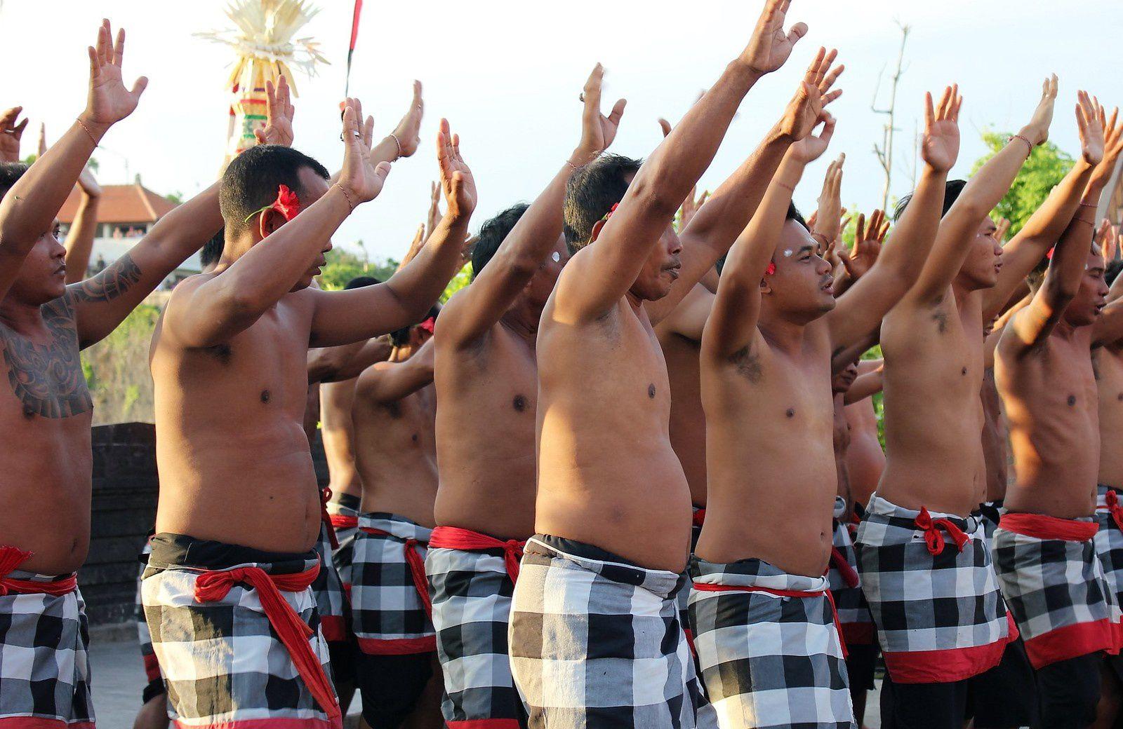 .Bali. Luhur Uluwatu. Spectacle Kecak. Piège à touristes.