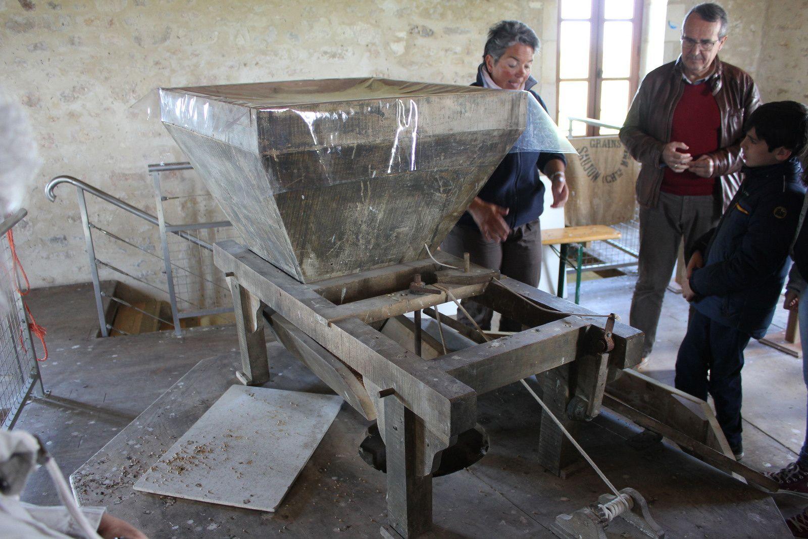 L'entonnoir à grains qui tombent pour être broyés par les meules....