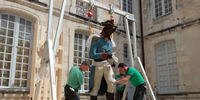 Mise en place de la statue. Photo Sud-Ouest.
