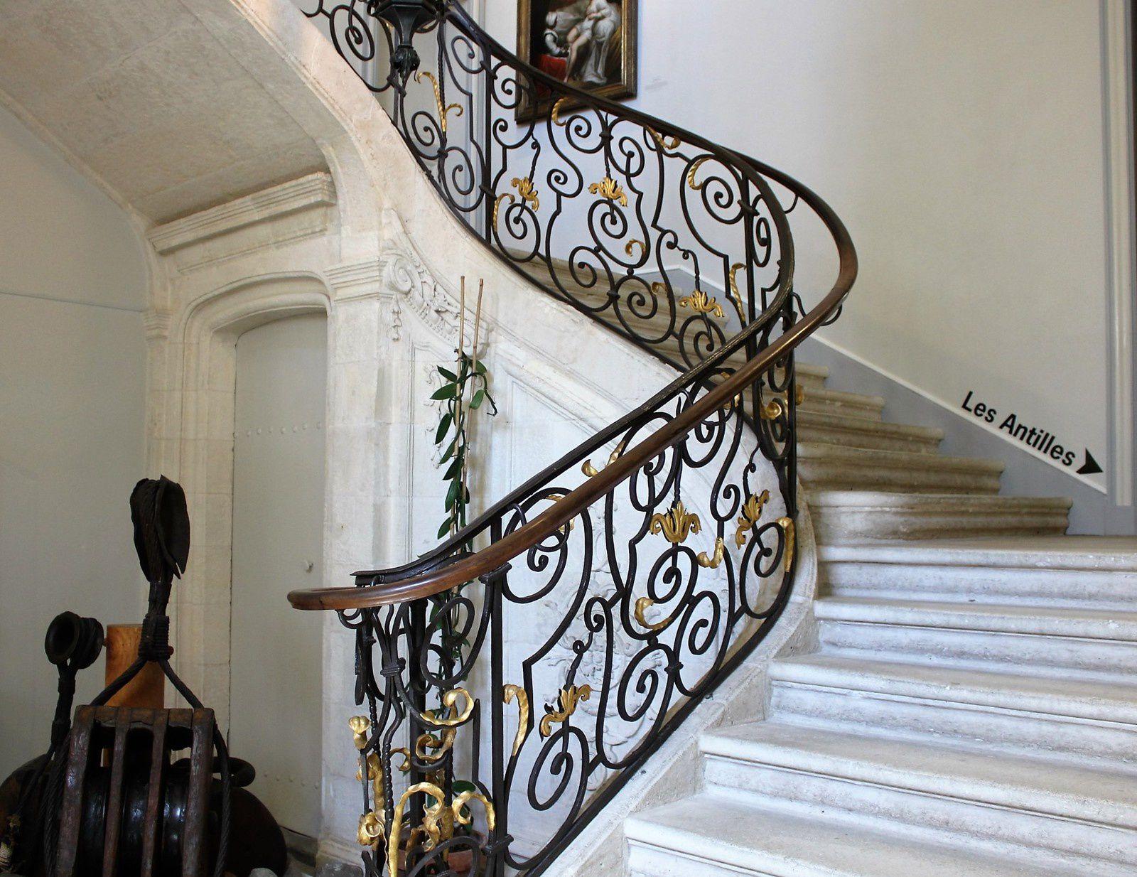 """Remarquable escalier de l'Hôtel. On aperçoit à droite """"La Toilette Intime""""&#x3B;"""