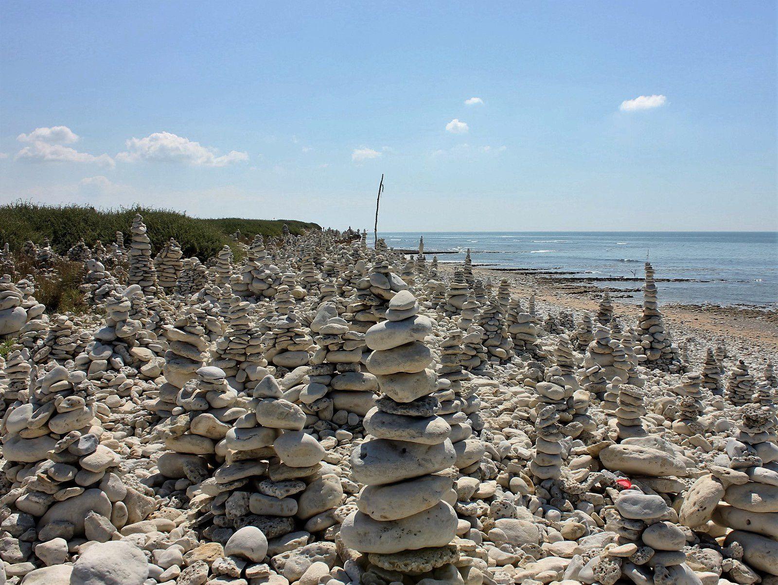 Chassiron. Oléron. Les galets. ville de pierres. Route des Huttes.