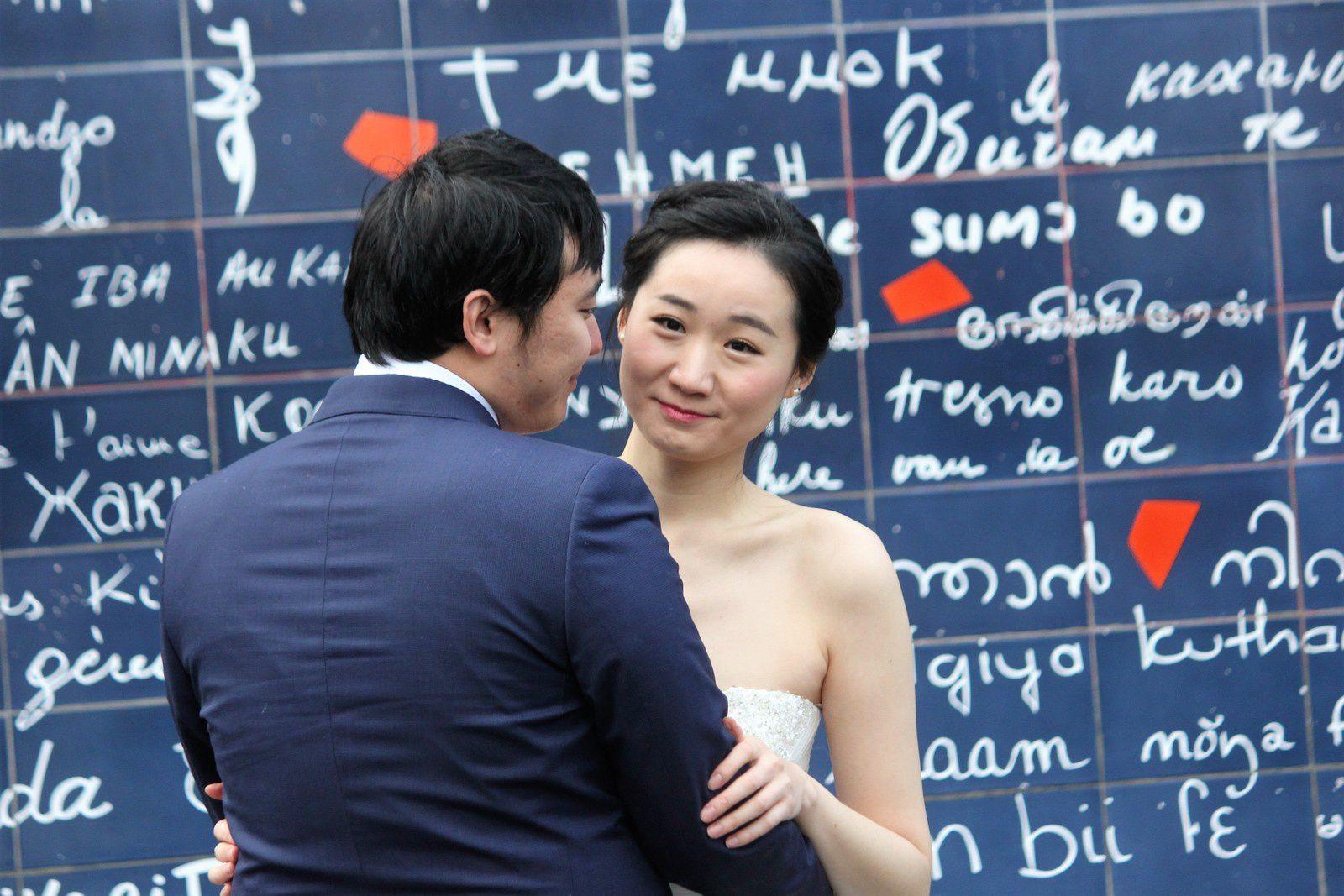 """Janvier 2017. Square Jehan-Rictus. Mur des """"Je t'aime"""". La mariée a très froid mais elle sourit."""
