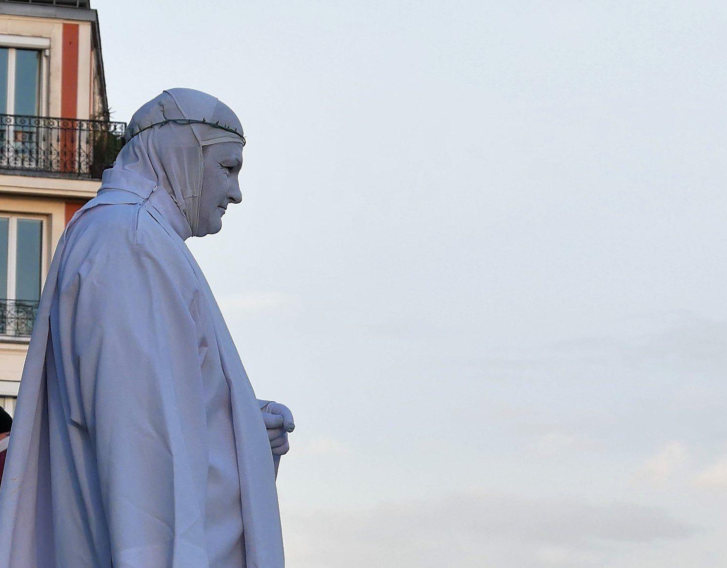 5 février. Escaliers de la rue du Cardinal Dubois. Statue vivante.