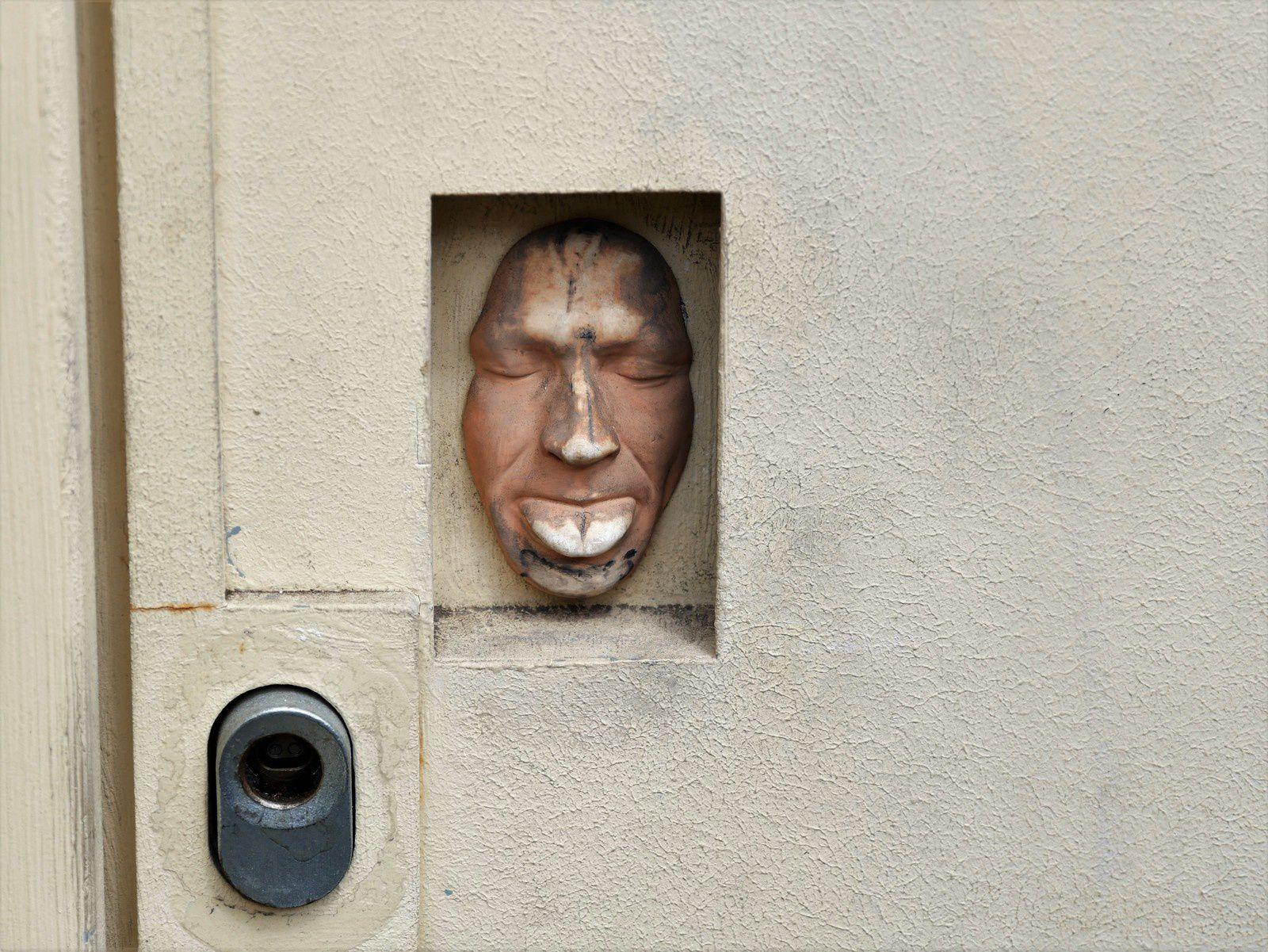 Porte blindée de la banque, rue des Abbesses!